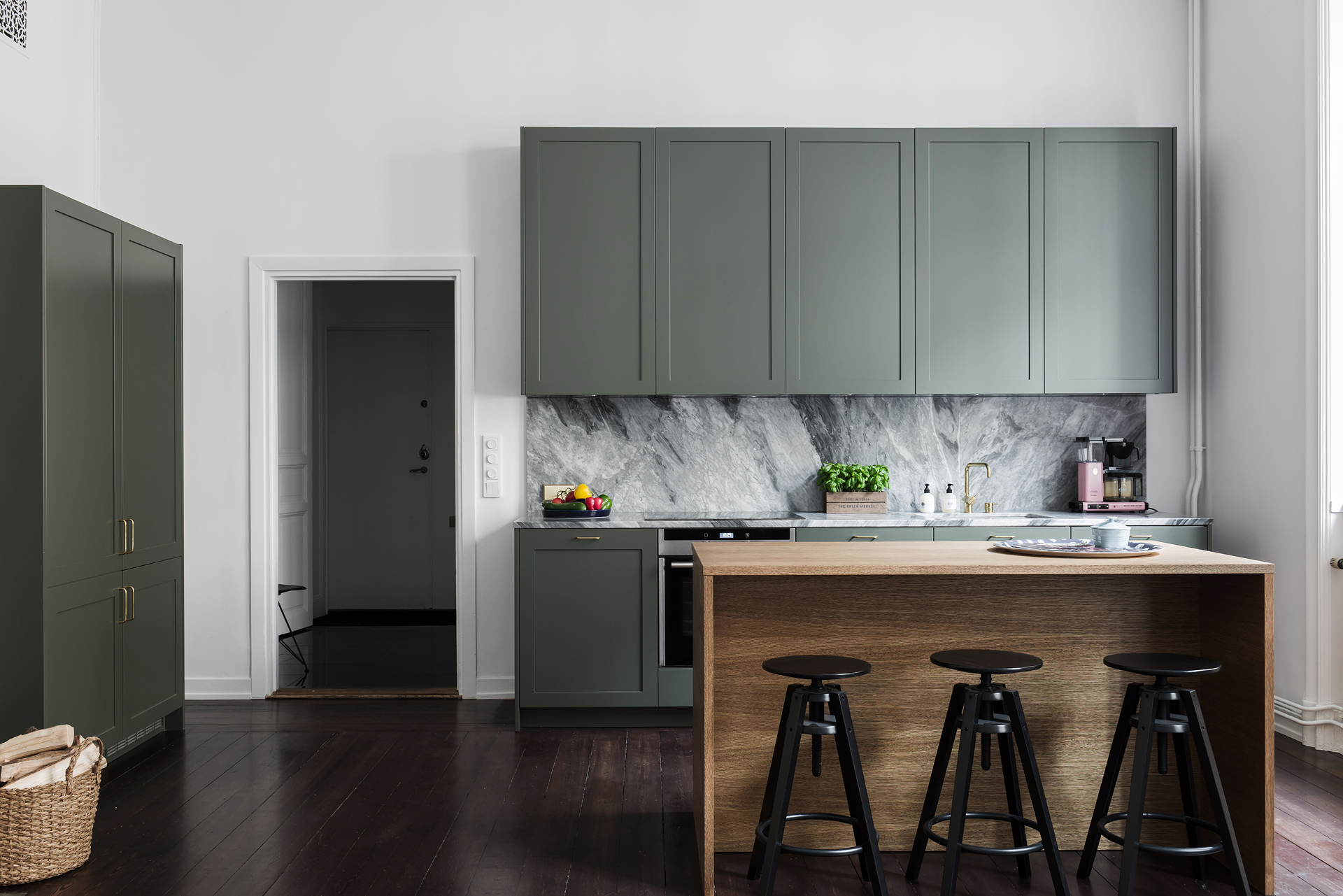 Superbe Minimal Kitchen In Sage Green And Marble
