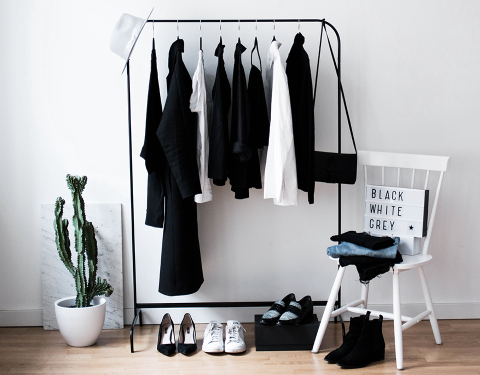 minimal wardrobe declutter your closet