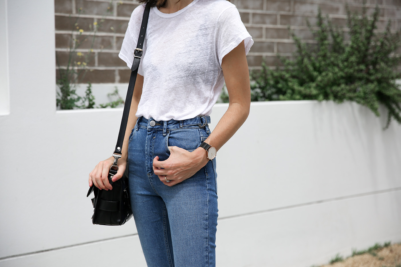 minimal outfit jeans and tee